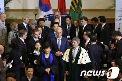 2014년 3월 28일(현지시간) 독일을 국빈 방문중인 박근혜 대통령이 작센주 드레스덴공대를 방문해 연설을 마친 뒤 인사하고 있다. (청와대) 2014.3.28/뉴스1