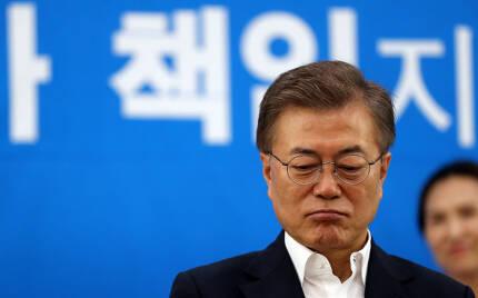 2일 오전 문재인대통령이 서울 강남구 국민건강보험 서울요양원에서 열린 '찾아가는 대통령3-치매, 이제 국가가 책임지겠습니다' 행사에 참석해  요양 관계자, 보호자들과 간담회를 하고 있다.청와대사진기자단