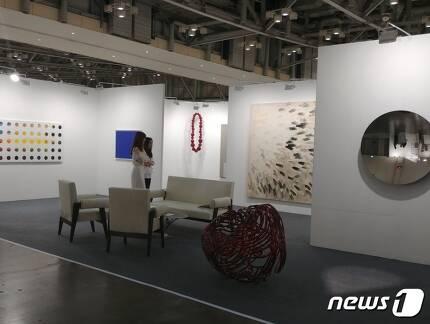 아트부산 국제갤러리 부스 전경. 2017.6.2/뉴스1© News1 김아미 기자