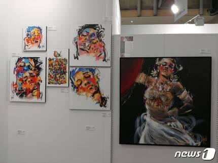 한국 뮤지컬 '마타하리'의 대형 포스터 제작 협업을 했던 작가 데이비드 야민의 그림들. 2017.6.3/뉴스1 © News1 김아미 기자