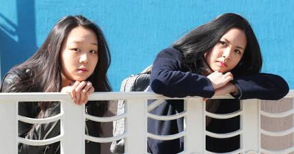 고려인 4세 임 카롤리나양(왼쪽)과 박 빅토리아양(고려인 3세)이 난간에 기대어 쉬고 있다. 둘은 친구임에도 임카롤리나양은 대학진학 한 뒤 졸업하면 강제출국 대상이 된다. 김춘식 기자
