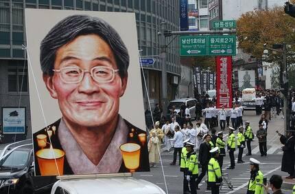 지난해 11월 5일 오전 서울 중구 명동성당에서 열린 백남기 농민 장례 미사를 마친 운구행렬이 노제가 열리는 서린사거리를 향해 행진을 시작하고 있다. 신소영 기자 viator@hani.co.kr