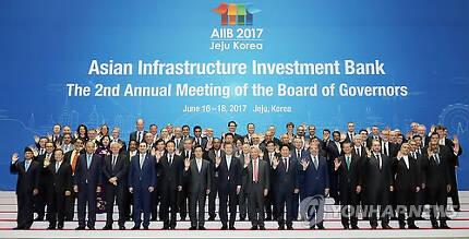 (제주=연합뉴스) 배재만 기자 = 문재인 대통령이 16일 오후 제주 국제컨벤션센터에서 열린 '아시아인프라투자은행(AIIB) 연차총회' 에서 각국 참석자들과 기념촬영 하고있다. 2017.6.16  scoop@yna.co.kr  (끝)