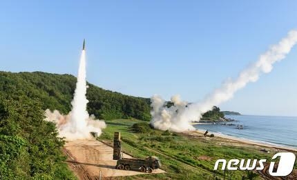 한국과 미국의 미사일 부대가 5일 북한의 대륙간탄도미사일(ICBM) 시험 발사에 대응해 동해안에서 현무-2를 발사하고 있다.  (합동참모본부 제공) 2017.7.5/뉴스1