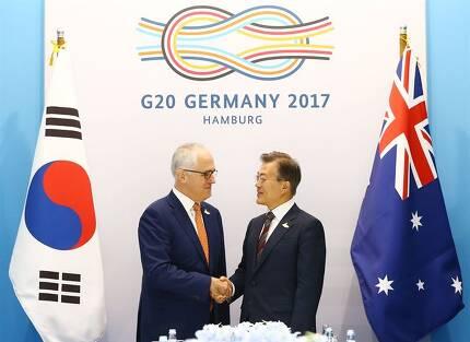 문재인 대통령이 말콤 턴불 호주 총리와 8일 오전(현지시간) 주요 20개국(G20) 정상회의가 열린 독일 함부르크 메세에서 양자회담에 앞서 악수하고 있다. 함부르크=연합뉴스