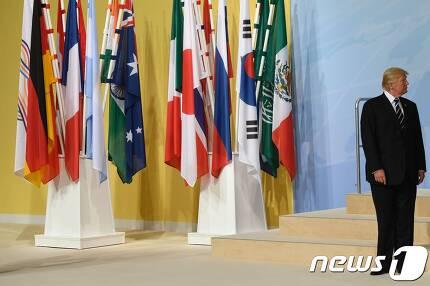 7일(현지시간) 독일 함부르크에서 열린 G20 정상회의장에 홀로 서 있는 도널드 트럼프 미국 대통령. © AFP=뉴스1