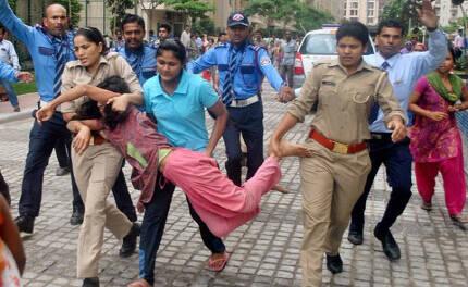 인도 뉴델리 외곽 노이다의 고급아파트 단지 '마하군 모던 콤플렉스'에서 지난 12일(현지시간) 가사도우미를 도둑으로 몬 집주인에게 항의하기 위해 동료 도우미들이 몰려들었다가 경찰들에게 끌려 나오고 있다.  타임스오브인디아