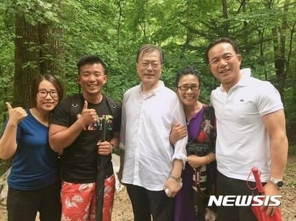 【서울=뉴시스】 문재인 대통령이 여름휴가를 맞아 31일 강원도 평창 오대산을 깜짝 등반하던 중 시민들과 만나 기념사진을 찍었다. (사진/이경미씨 가족 제공)