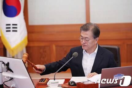 문재인 대통령이 25일 청와대에서 열린 국무회의에서 의사봉을 두드리고 있다. (청와대) © News1 이광호 기자