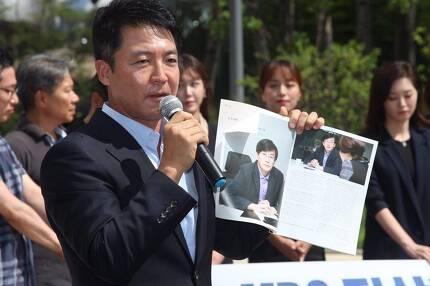 ▲ 22일 서울 상암동 MBC 앞에서 열린 기자회견에서 신동진 아나운서가 경영진이 못마땅해 했다고 전한 '아나운서 저널' 중 손석희 JTBC 사장 인터뷰 관련 부분을 펼쳐보이고 있다. 사진=이치열 기자 truth710@