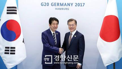 지난 7월7일 독일 함부르크에서 문재인 대통령과 아베 신조 일본 총리가 만난 모습. 청와대 제공