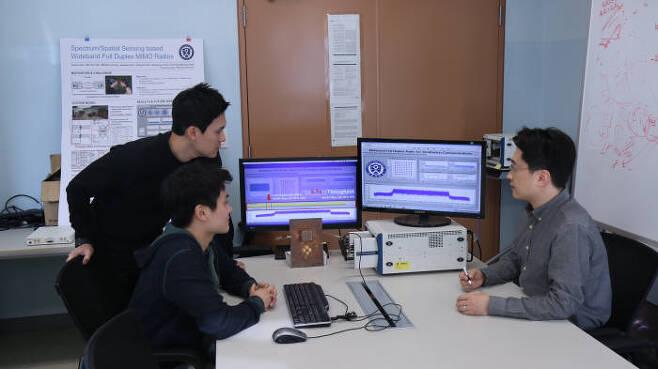 채찬병 연세대학교 글로벌융합공학부 교수와 연구진은 60MHz 폭을 사용한 초광대역 전이중통신 실시간 시연에 성공했다고 24일 밝혔다. 최고 속도는 460.98Mbps다. 2010년 이후 여러 연구기관이 전이중통신 개발을 시도하지만 초광대역 주파수에서 실시간으로 시연에 성공한 것은 처음이다. 연구진의 시연 모습.