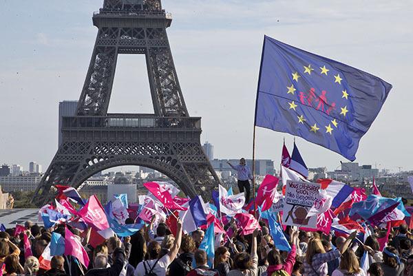 ⓒEPA 10월16일 파리에서 '만인을 위한 시위(Manif Pour Tous)' 회원과 시민 수만명이 동성결혼법 폐지와 전통적 가족 가치 존중을 촉구하며 시내를 행진했다.