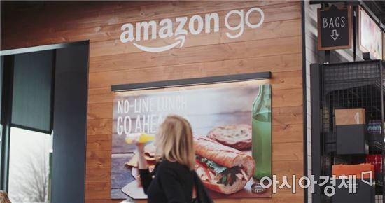 아마존의 무인 오프라인 슈퍼마켓인 아마존고(출처:아마존고 홍보영상)