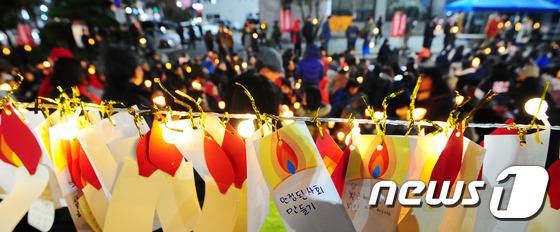 성탄절을 하루 앞둔 24일 제주시 제주시청 앞 도로에서 열린 제주시국촛불집회에서 소원트리에 참가자들의 소원이 걸려 있다.2016.12.24/뉴스1 © News1 이석형 기자