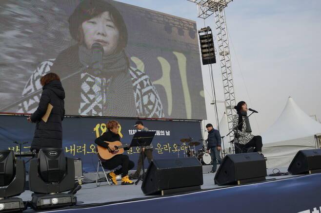 1월7일 촛불집회 무대 리허설 중인 가수 이상은.