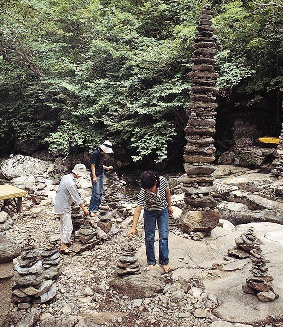 무주 구천동(九千洞)에 관광객들이 쌓은 돌탑들. 무교도라도 돌 하나쯤은 쌓는 게 일반적이다. [중앙포토]