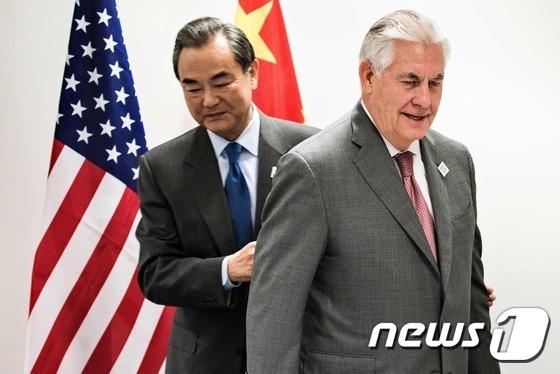 왕이(王毅) 중국 외교부장(왼쪽)과 렉스 틸러슨 미국 국무장관. © AFP=뉴스1