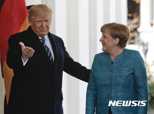 【워싱턴=AP/뉴시스】도널드 트럼프 미국 대통령(왼쪽)이 17일(현지시간) 백악관에서 앙겔라 메르켈 독일 총리를 맞이하고 있다. 2017.3.18.