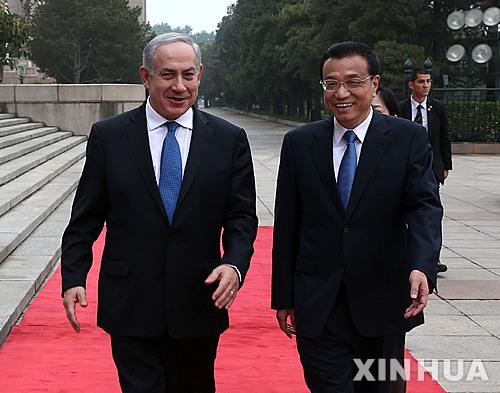 【베이징=신화/뉴시스】8일 중국 베이징에서 리커창(李克强·오른쪽) 중국 총리가 중국을 방문 중인 베냐민 네타냐후 이스라엘 총리와 함께 담소하면서 걸어가고 있다.