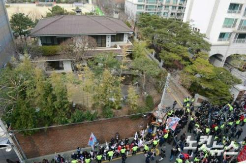 서울 강남구 삼성동 박 전 대통령 자택 앞에 박사모 회원들이 태극기와 성조기를 들고 탄핵 항의시위를 하고 있다. (사진공동취재단)