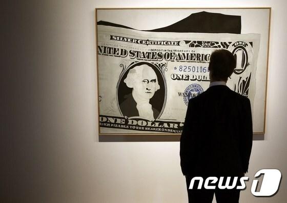 미국 설치미술가 앤디 워홀의 작품 '1달러지폐(1962년작)' © AFP=뉴스1