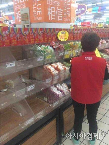중국 장쑤성 옌첸 롯데마트에서 협력업체 직원이 자사 제품을 빼고 있다.(사진=아시아경제 DB)