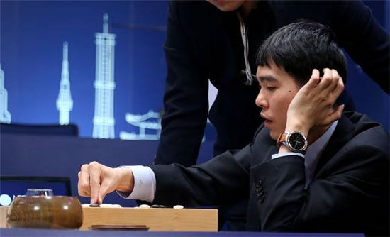 LG전자의 LG워치 어베인 세컨드 에디션. 당시 이세돌이 착용해 '이세돌 시계'로 불렸다.