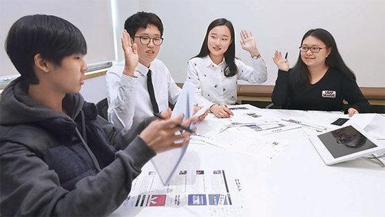 왼쪽부터 원상준(녹천중3)·김종담(고1)·이도현(천안여고2)·강희영(태원고3) TONG 청소년 기자. [사진 오종택 기자]