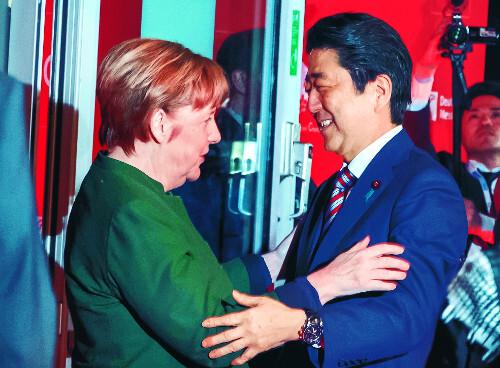앙겔라 메르켈 독일 총리(왼쪽)와 아베 신조 일본 총리가 19일(현지시간) 독일 하노버에서 개막한 세계 최대 정보통신 박람회 세빗(CeBIT) 2017 오프닝 행사에서 포옹하듯 인사하고 있다. 메르켈은 지난 17일 워싱턴DC 백악관을 방문했을 때 도널드 트럼프 미국 대통령에게 악수를 청했지만 거절당했었다. AP뉴시스