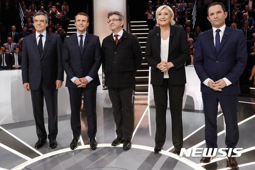 【오베르빌리=AP/뉴시스】프랑스 대선 유력 후보 5인이 20일(현지시간) 오베르빌리에서 현지 방송채널 TF1이 주최한 1차 TV토론에 참석했다. 2017.3.21.