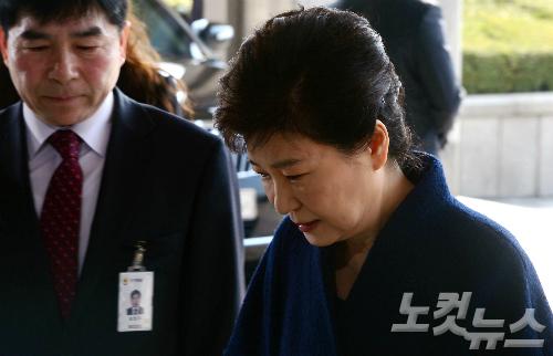 박근혜 전 대통령이 파면 11일 만인 21일 오전 서울 서초동 중앙지검에 피의자 신분으로 출석하고 있다. (사진=박종민 기자)
