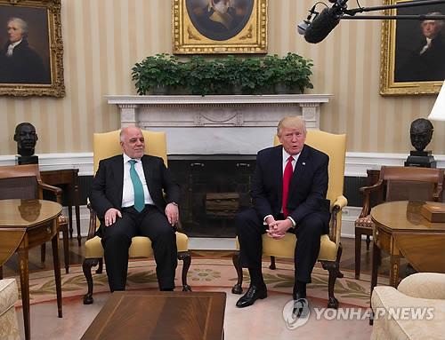 (워싱턴 AFP=연합뉴스) 도널드 트럼프 미국 대통령(오른쪽)과 하이데르 알아바디 이라크 총리가 20일(현지시간) 워싱턴 백악관에서 정상회담을 하고 있다. 이날 트럼프 대통령은 이라크에서 미군이 철수한 것은 잘못이라며, 극단주의 무장단체 이슬람국가(IS)를 격퇴하겠다고 다짐했다.  lkm@yna.co.kr