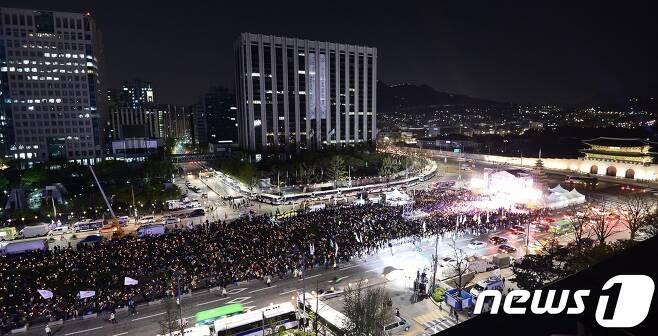 세월호 참사 3주기를 하루 앞둔 15일 오후 서울 종로구 광화문광장에서 열린 '세월호 3주기 22차 범국민 행동의 날'에 시민들이 촛불을 들고 참가하고 있다./뉴스1 © News1 민경석 기자