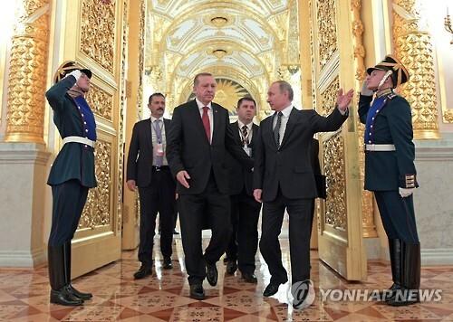 지난달 10일 블라디미르 푸틴 러시아 대통령(오른쪽)이 크렘린궁에서 레제프 타이이프 에르도안 터키 대통령을 안내하고 있다. [AP=연합뉴스}