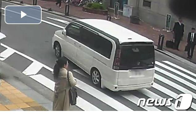 일본 규슈(九州) 후쿠오카(福岡)에서 20일 거액 돈가방을 빼앗고 달아다는 강도를 태운 흰색 차량[출처=아사히]© News1