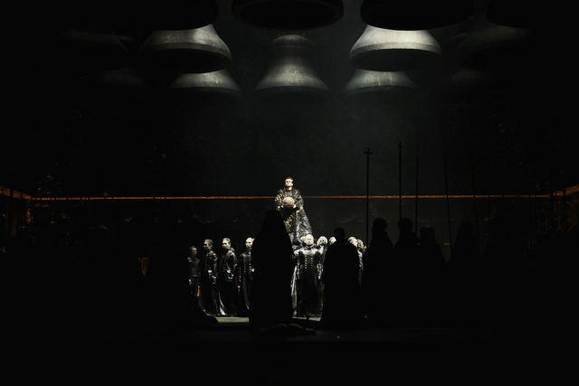 지름 2.2m의 종 14개 아래 황관을 든 고두노프. 국립오페라단 제공