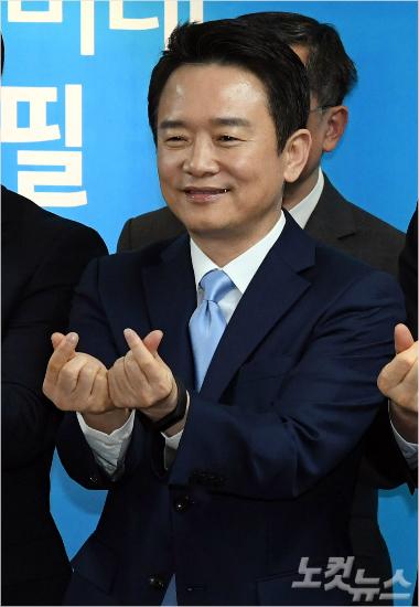 남경필 경기도지사가 여의도 바른정당 당사에서 제19대 대통령 선거 출마 기자회견을 가지며 손으로 하트를 만들어 보이고 있다. 윤창원기자
