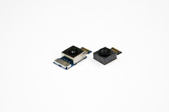 LG전자의 G6 카메라 모듈. 1,300만 화소 OIS 일반각 모듈(완쪽)과 1,300만 화소 광각 모듈(오른쪽)/사진제공=LG전자