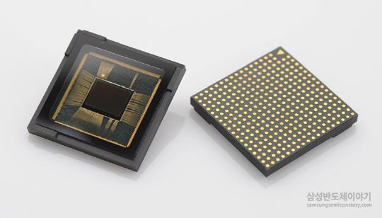 삼성전자가 1.4㎛  듀얼 픽셀 을 이용한 1,200만 화소 이미지 센서. 하나의 화소에 두 개의 포토다이오드가 집적되어 있어, 사람이 양쪽 눈을 이용하는 것처럼 두 빛 간 거리를 조절해 초점을 맞출 수 있다.  /사진제공=삼성전자