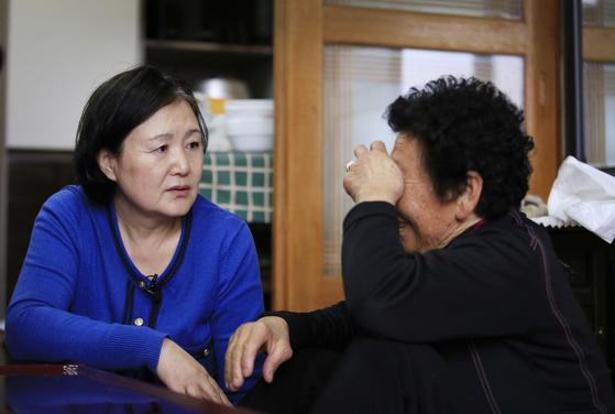 김정숙 여사가 고 김남두 독립유공자의 며느리인 김양강 할머니에게 도다리쑥국을 대접한 뒤 이야기를 듣고 있다. [중앙포토]