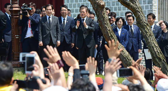 문재인 대통령이 18일 광주 북구 국립5·18 민주묘지에서 열린 '제37주년 민주화운동 기념식'에서 시민들을 향해 인사하고 있다. 사진공동취재단