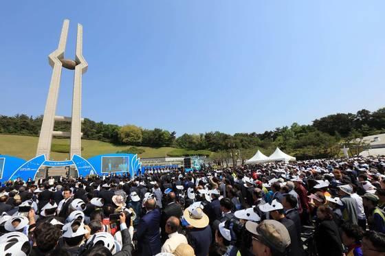 18일 오전 광주 북구 운정동 국립 518민주묘지에서 제37주년 5·18 민주화운동 기념식이 엄수되고 있다. 사진공동취재단