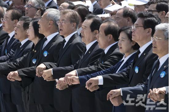문재인 대통령(왼쪽 다섯 번째), 정세균 국회의장, 김이수 헌재소장 권한대행 등이 18일 오전 광주 북구 국립 5·18 민주묘지에서 열린 제37주년 5·18민주화운동 기념식에서 '임을 위한 행진곡'을 제창하고 있다. 한편 자유한국당 정우택 원내대표(오른쪽 두 번째)는 입을 다물고 있다. (사진=박종민 기자)
