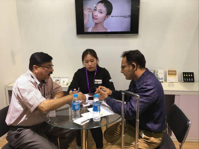 중국국제의료기기전시회에 참가한 의료기기기업이 중국 바이어와 상담하는 모습.