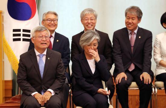 강경화 신임 외교부장관이  18일 오후 청와대에서 임명장을 받기 위해 기다리고 있다. 이병주 기자
