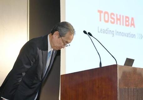 쓰나카와 사토시 도시바 사장이 기자간담회에서 회계 감사의견을 받지 못한 데에 사과하고 있다. / 닛케이아시안리뷰 캡쳐