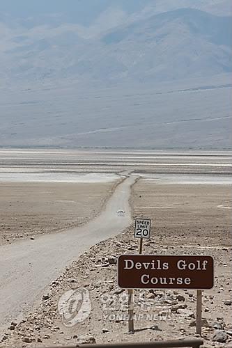 미국 캘리포니아 주의 데스밸리는 예전에 바다 속이었던 곳으로 가장 더운 7~8월 기온이 46도까지 치솟는다. 사방으로 황량한 풍경이 펼쳐져 있다. 사진의 악마의 골프코스는 바위처럼 커다란 소금 덩어리가 밭을 이루고 있는 곳이다./이진욱    <저작권자 ⓒ 2010 연 합 뉴 스. 무단전재-재배포 금지.>
