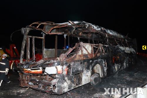 【산토도밍고(에콰도르)=신화/뉴시스】에콰도르 수도 키토와 라마나를 잇는 고속도로에 15일 불에 탄 버스 한 대가 처참한 잔해를 드러내보이고 있다.지난 14일 밤(현지시간) 수도 키토를 떠나 라마나로 가던 버스 한 대가 전복된 뒤 불에 타 14명이 숨지고 26명이 부상했다. 2017.7.16