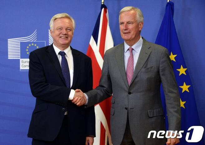 데이비드 데이비스 영국측 수석대표(왼쪽)와 EU측 수석대표 미셸 바르니에가 17일 제2차 브렉시트 협상을 위해 브뤼셀 EU본부에서 만났다. © AFP=뉴스1